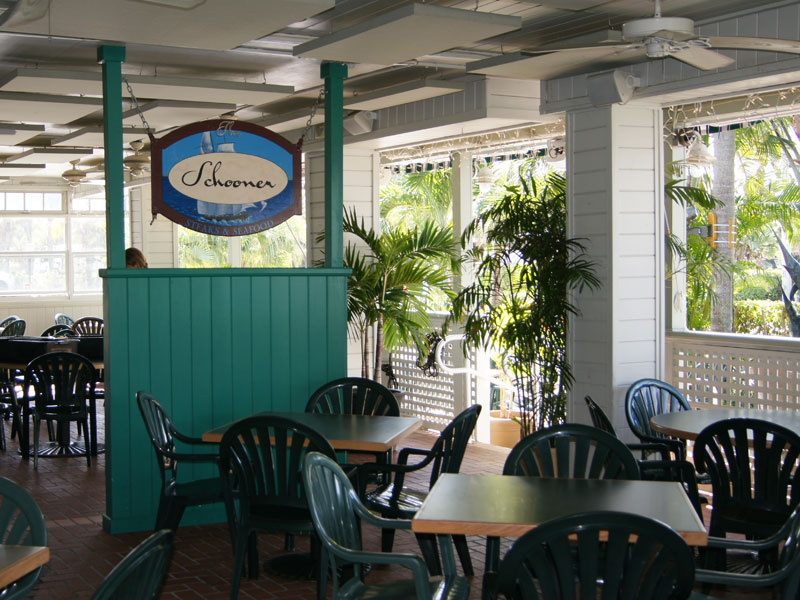 schooners-dining-outside